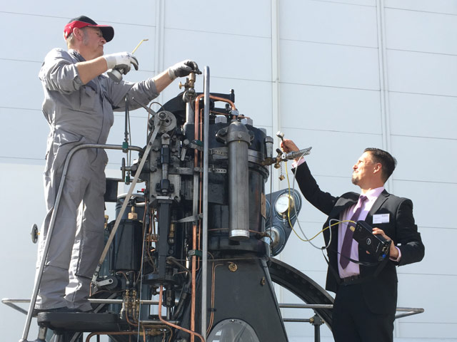 Engine running: Technical Director Bastian Schnöll and Technician Gerd Reichert during measurement.